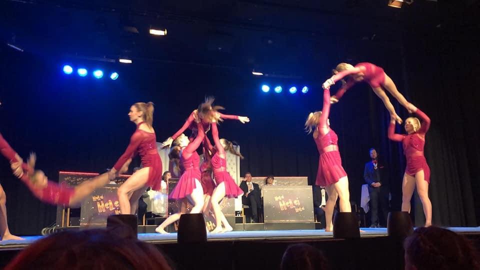 Akrobatinnen beim Tanzen