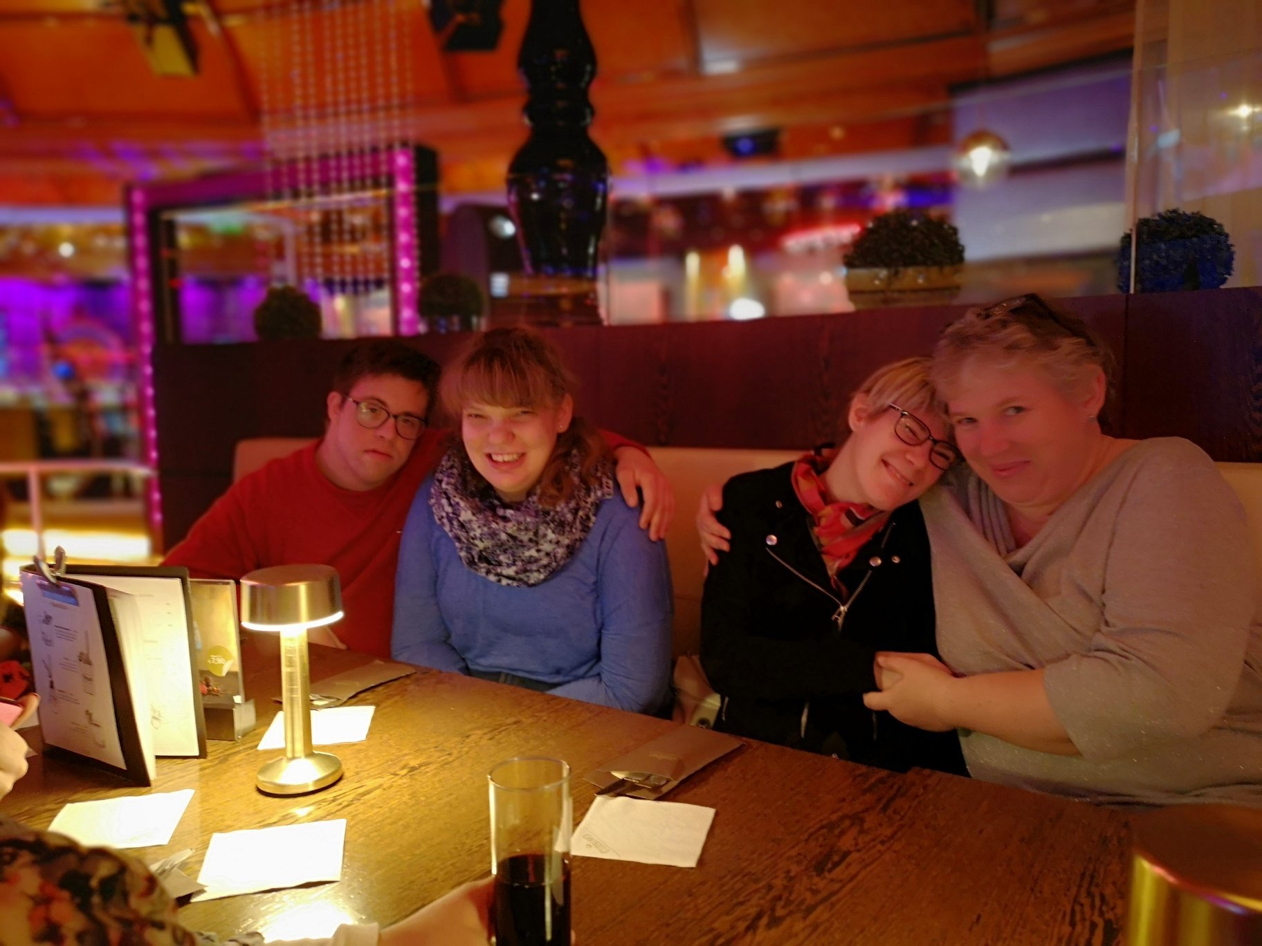 Klientinnen und Klienten beim warten auf essen und Getränke im Casino Veden